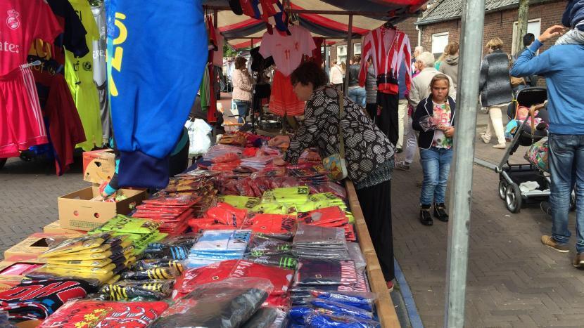 Een kraam met kleren van jaarmarkt Son en Breugel