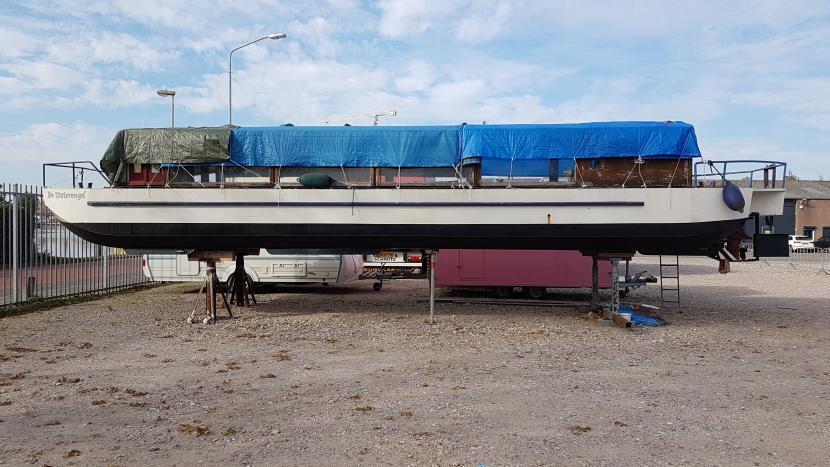 Rondvaartboot De Waterengel op het droge