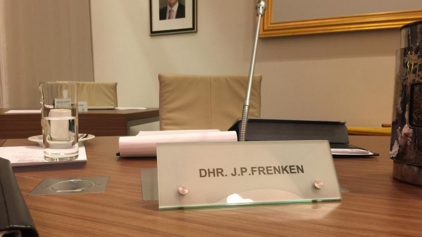 Het naambordje van John Frenken in de raadzaal van de gemeente Son en Breugel