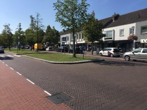 De middenberm in de Nieuwstraat waar de laad- en loszone komt