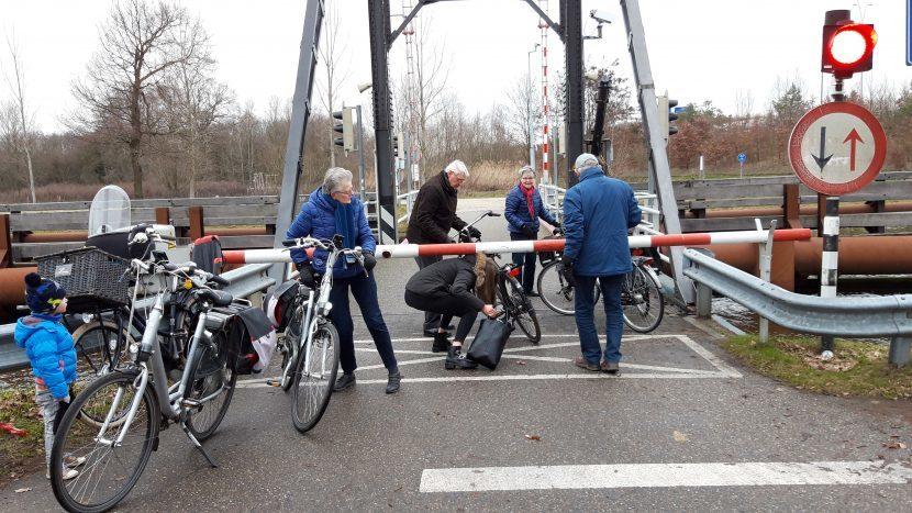 Houtense brug langere tijd in storing, dan maar onder de slagboom door