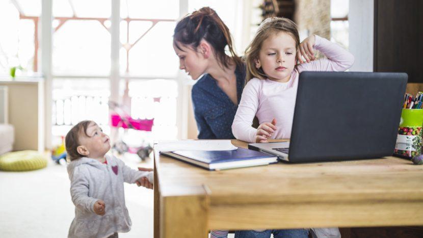 Moeder die haar handen vol heeft aan twee kleine kinderen