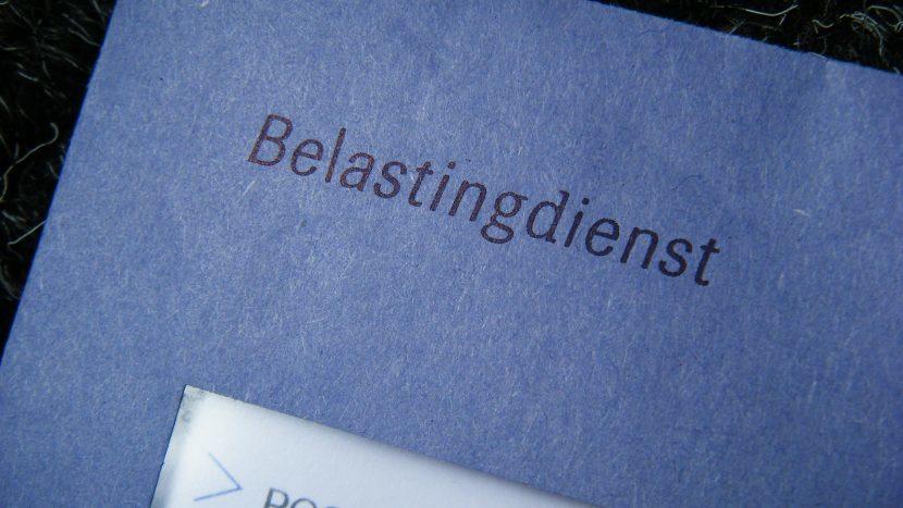 Een blauwe envelop van de Belastingdienst