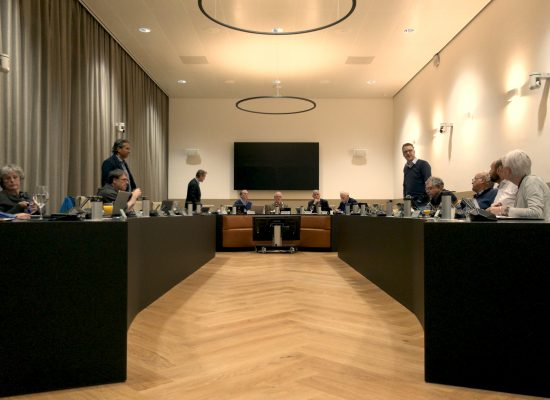 De gemeenteraad in de raadzaal tijdens de discussie over het natuur- en bosbeheer