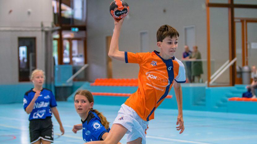 Jeugd van handbalvereniging aan het handballen