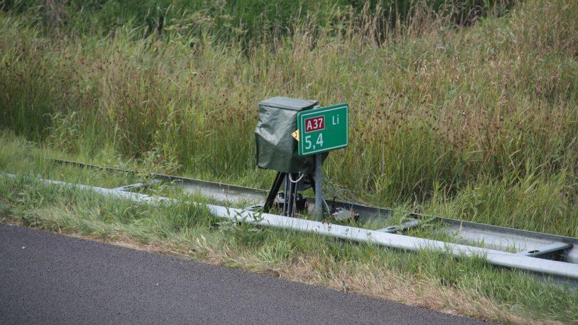 Flitser achter een hectometerpaal langs de A37