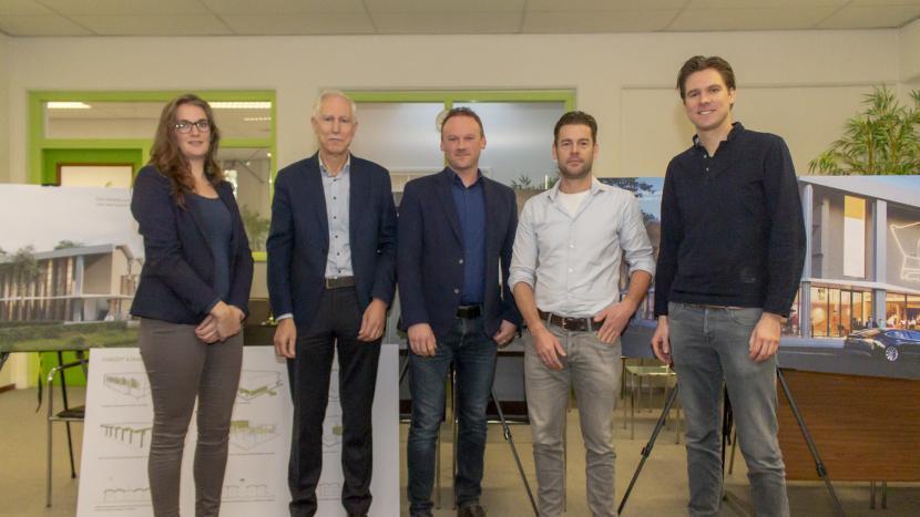 Ontwerpers van Inbo en bouwers van Stam & De Koning samen met wethouder Jan Boersma voor de ontwerpen voor het dorpshuis