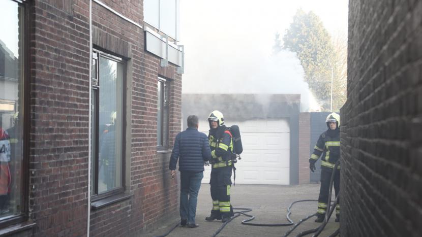 Felle brand in garage geeft behoorlijk wat rook