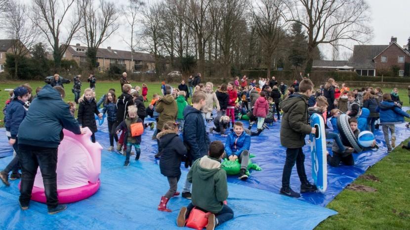 Leerlingen van basisschool de Krommen Hoek nemen een 'nieuwjaarsduik'