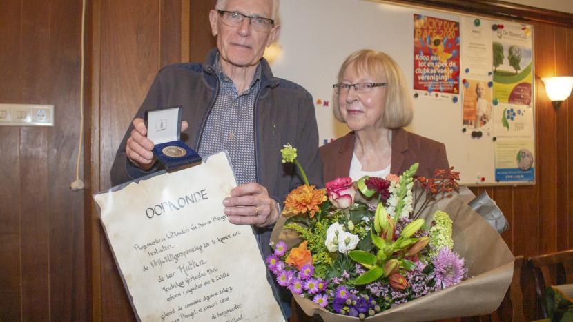 Henk Hutten en zijn vrouw met de vrijwilligerspenning