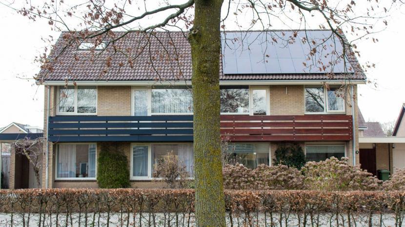Zonnepanelen op een duurzaam huis en een niet duurzaam huis