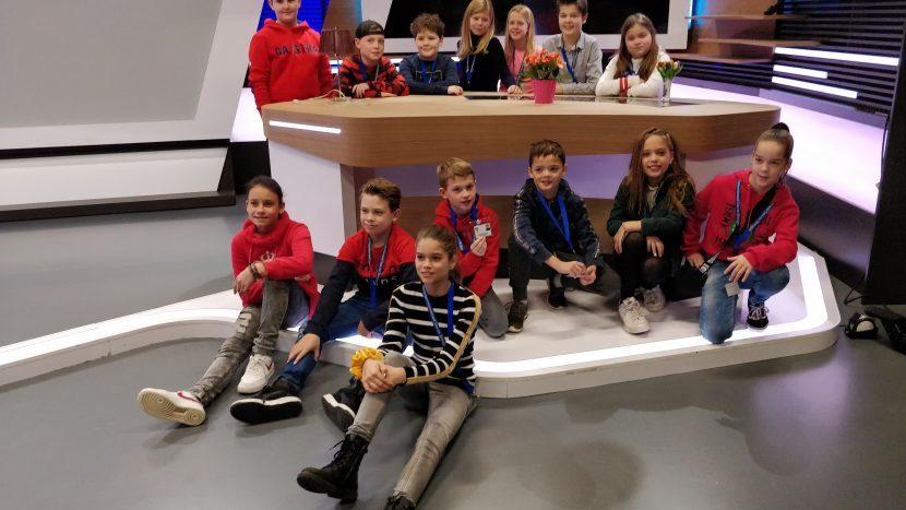 De leden van de jeugdgemeeteraad op de set van Omroep Brabant