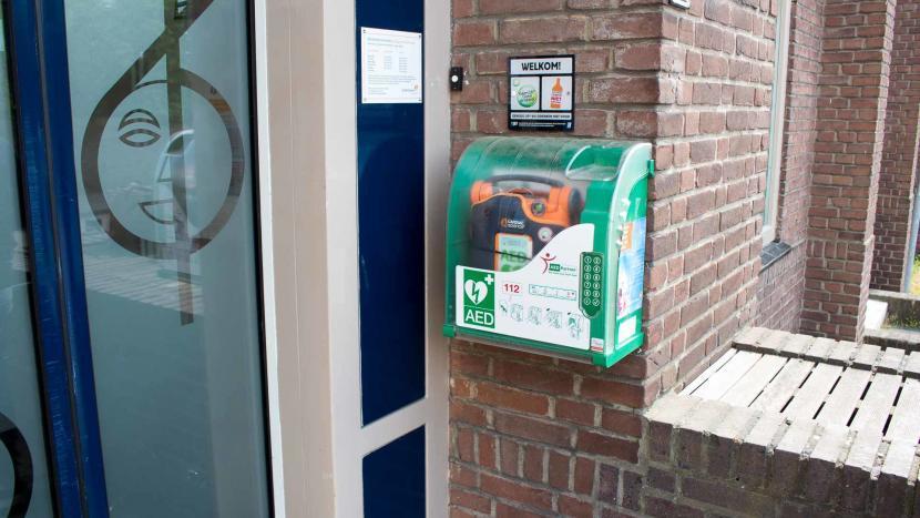Een AED voor de ingang van het Vestzak