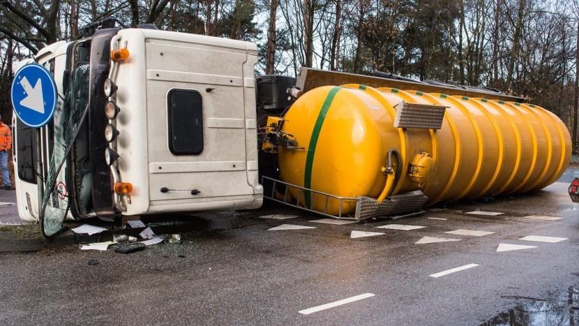 Vrachtwagen kantelt bij afslag Hoberglaan