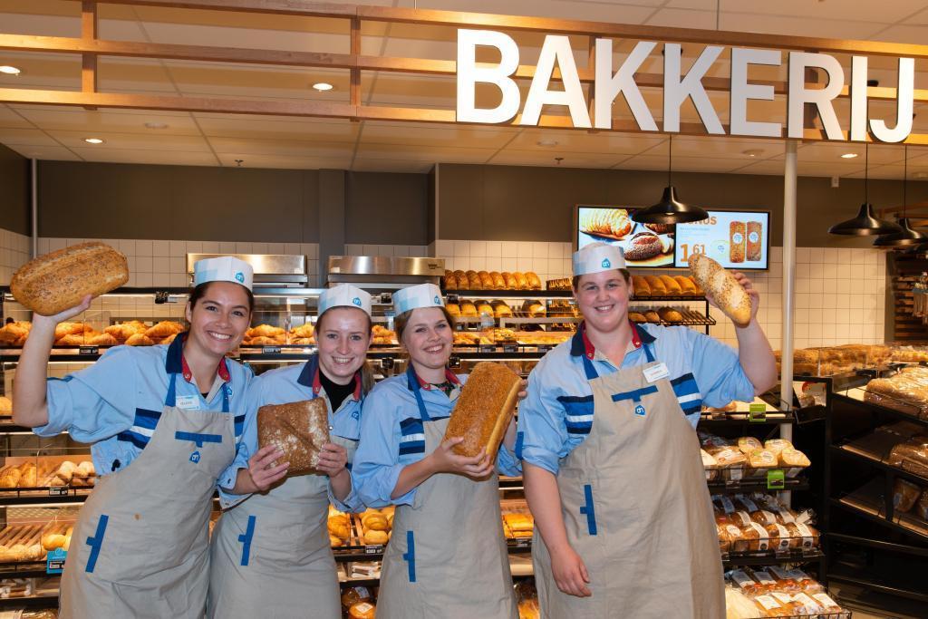 Medewerkers van de versafdeling van Albert Heijn met vers brood