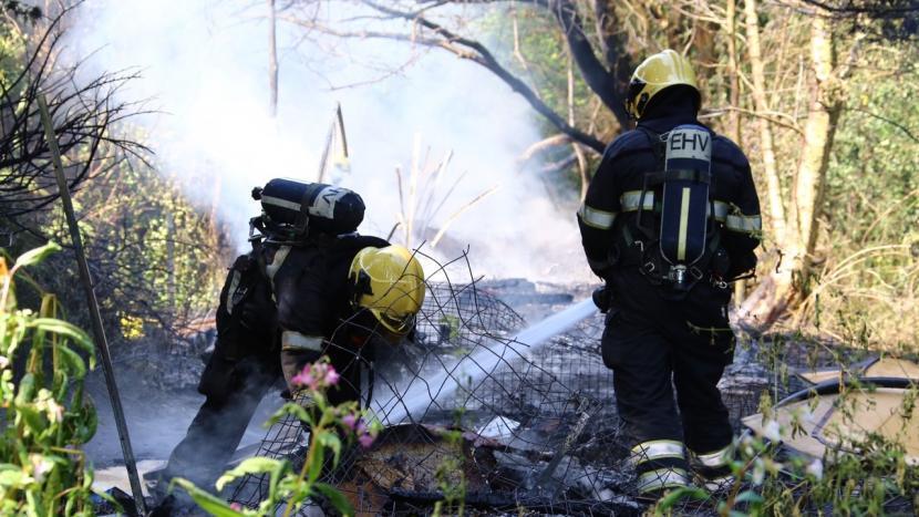 Schuur achter voormalig drugspand brandt uit