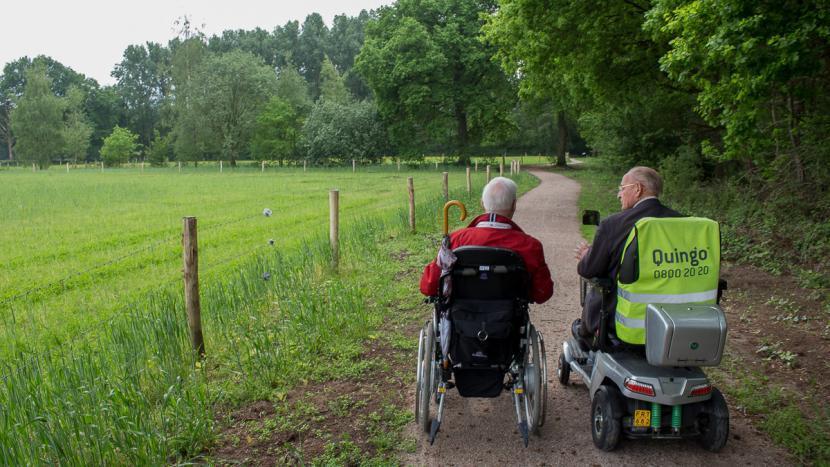 Wandelen en rollen over het nieuwe rolstoelpad