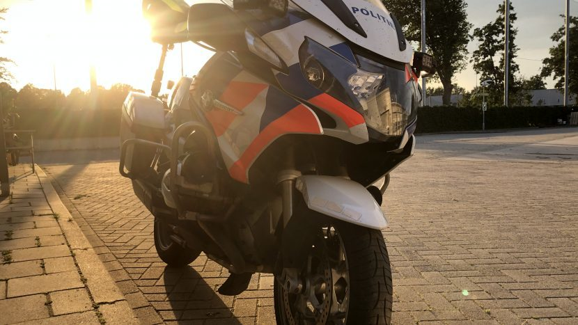 Een politie motor bij een laagstaande zon