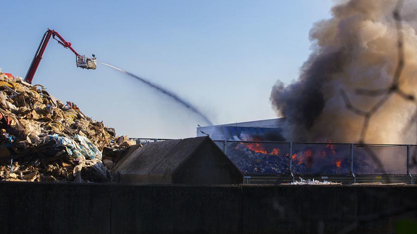 Brandweer heeft handen vol aan afvalbrand Baetsen