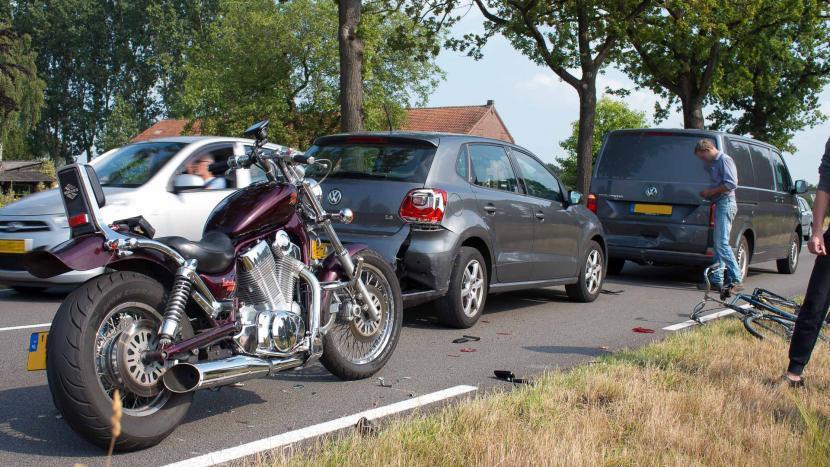Motor, auto en bestelbus na ongeval met een motorrijder op de Rooijseweg