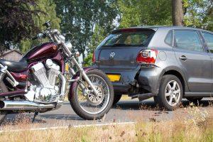 Motor en auto na ongeval met een motorrijder op de Rooijseweg