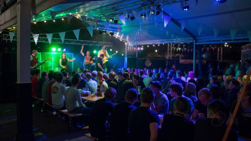 Een zaal vol deelnemers van de biercantus tijdens het bierfest