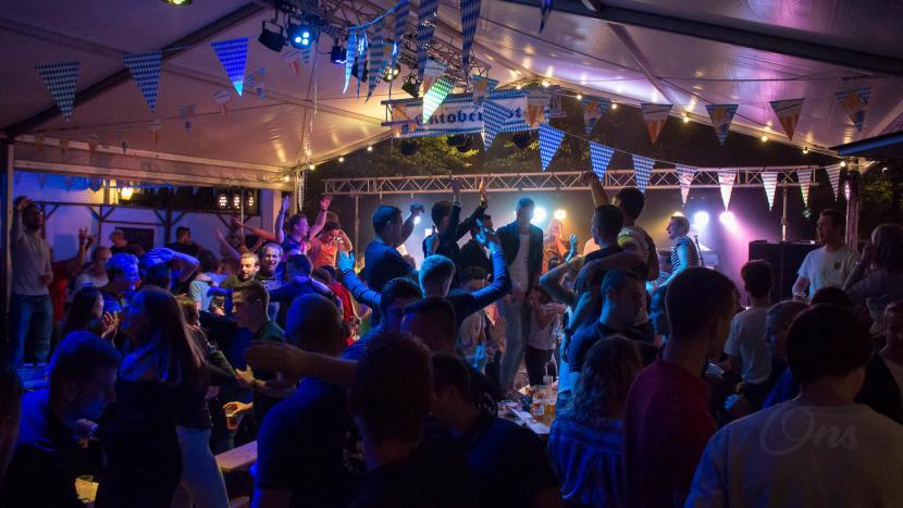 Deelnemers genieten van de gezellige bierfest