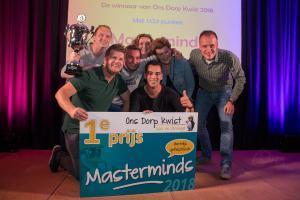 Masterminds, de winnaars van Ons Dorp Kwist 2018, op het podium met hun cheque en beker