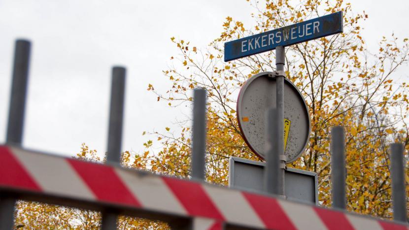 Het straatnaambord van Ekkersweijer met een hek ervoor