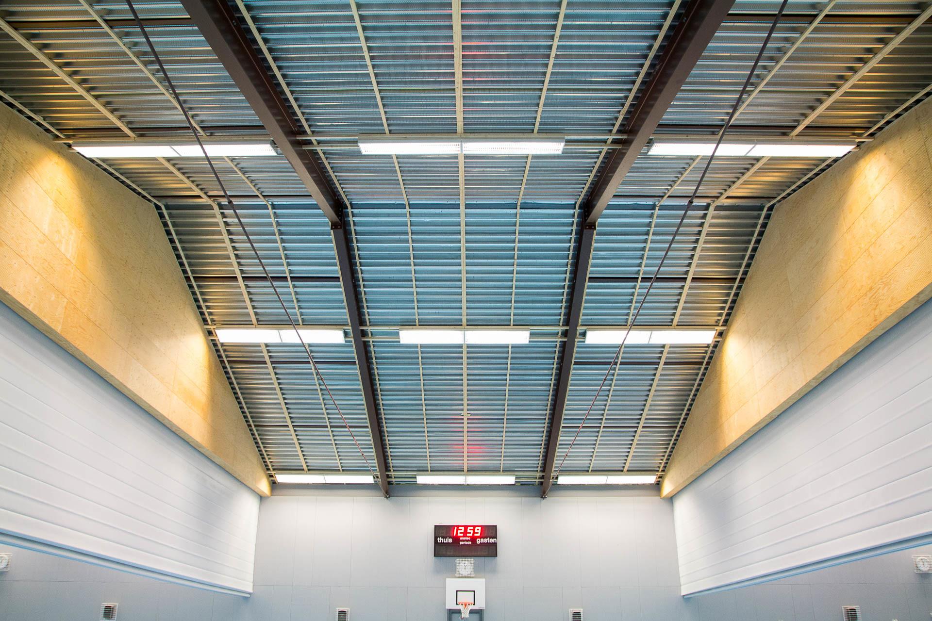 Het kale plafond van sporthal de Landing