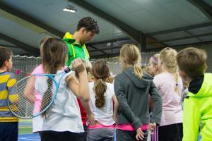 Kinderen ronden tennisavontuur bij HTC Son Tennis af met clinic