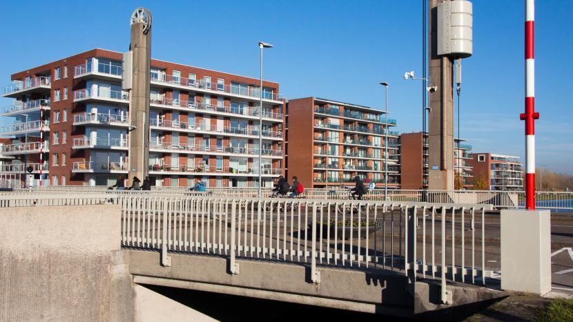 Sonse Brug HIVA met appartementencomplex De Schuyt, De Thuishaven en de Kapteyn