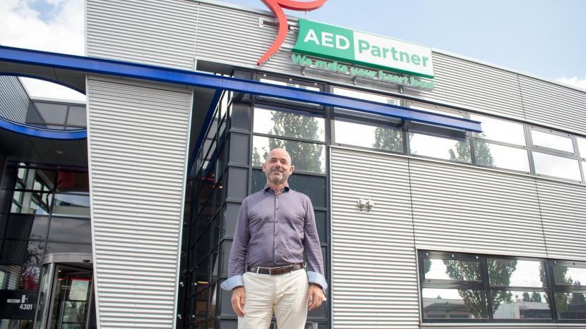 Jan Smale voor het pand van AED-Partner