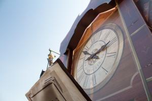 De grote klok die dienst doet als decor van Beach Event Son 2019
