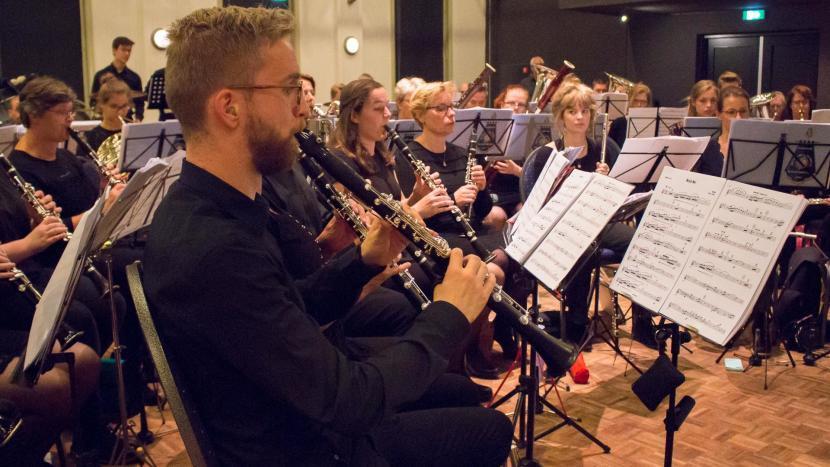 Klarinetspelers die zich op maken voor het Remember September concert