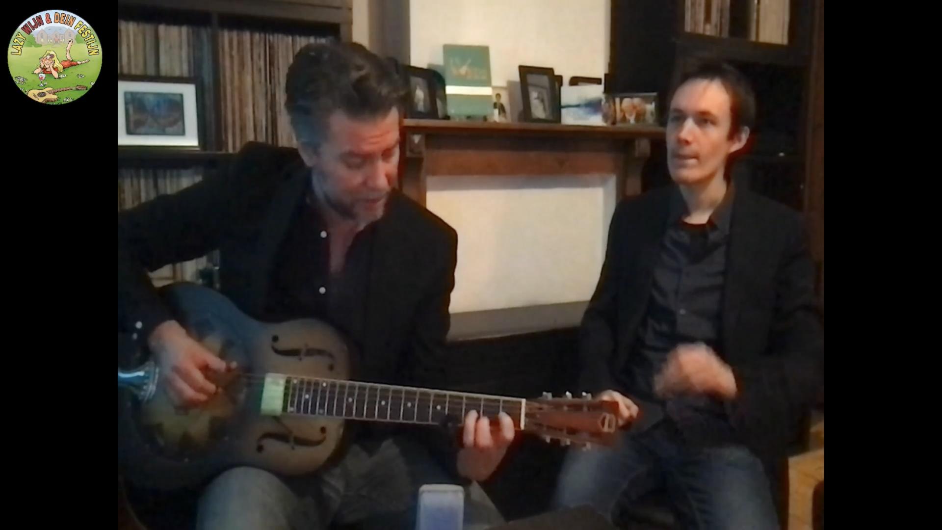 Guy Verlinde in zijn huiskamer met Olivier Vander Bauwede