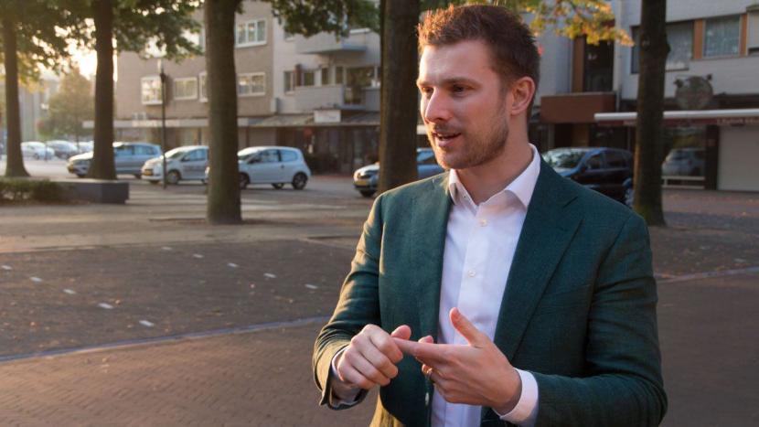 Wethouder van den Nieuwenhuijzen hijst regenboogvlag op Coming-Outdag
