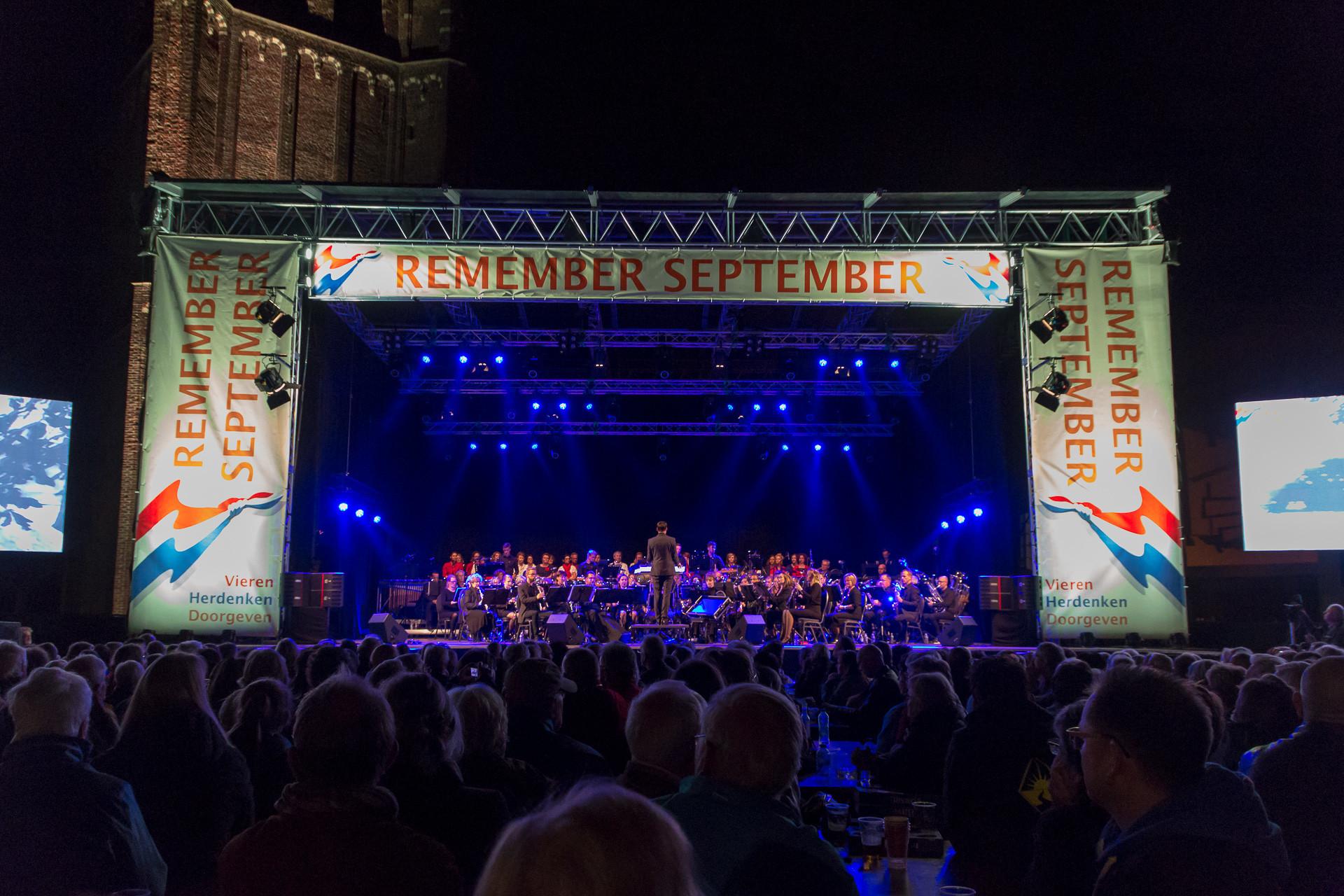 Het Remember September podium op het Kerkplein