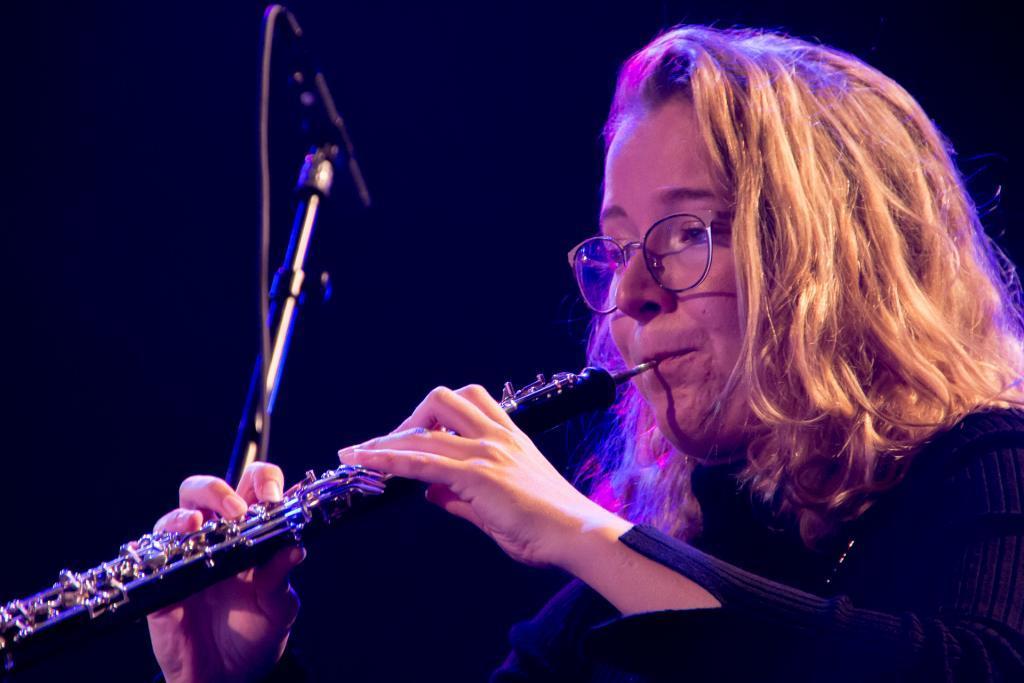 Een klarinetspeelster van harmonie Pro Honore Et Virtute