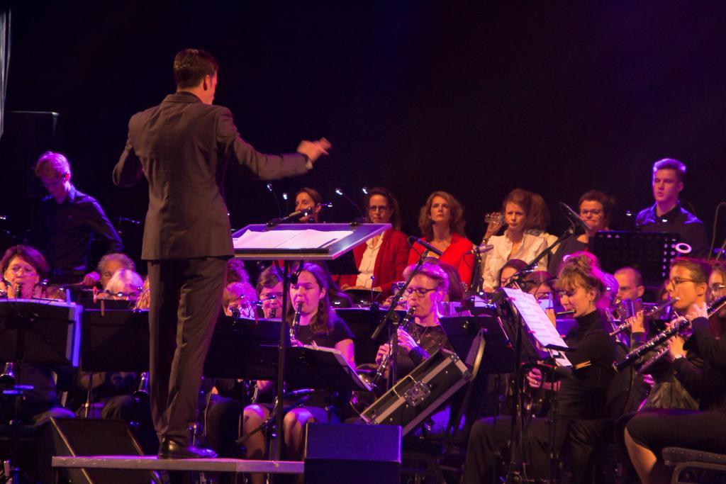 Dirigent Johan Smeulders en harmonie Pro Honore Et Virtute