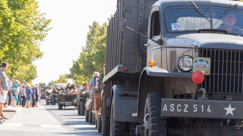 Doortocht Operation Market Garden door legervoertuigen ter herdenking aan de bevrijding