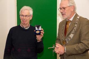 Joop van Kempen met vrijwilligerspenning en burgemeester Hans Gaillard