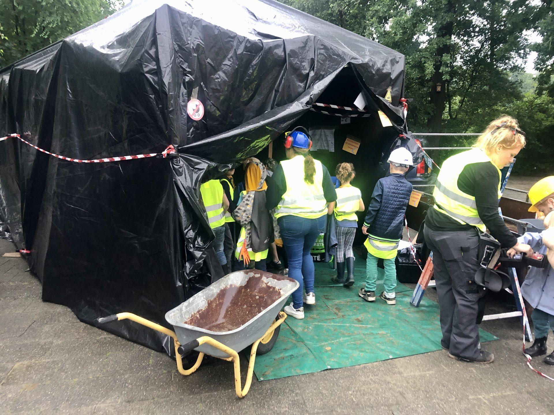 De'bouwplaats' op de speelplaats van basisschool de Krommen Hoek