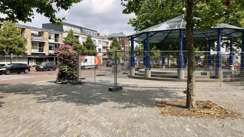 Kiosk met hekken erom heen vanwege losliggende glasplaten