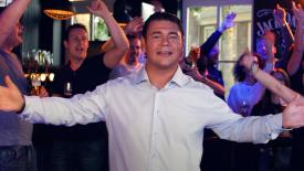 Jan van Est bouwt een feestje in café Het Raadhuys in videoclip