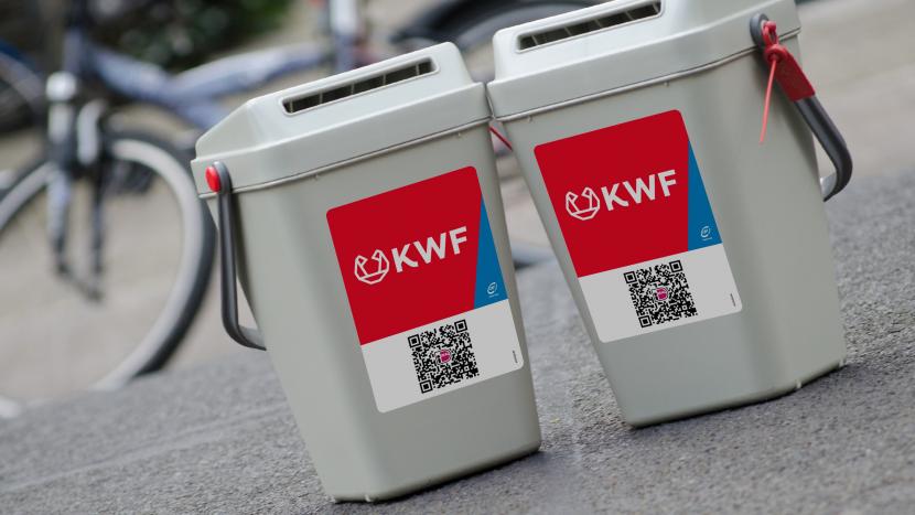 Twee collectebussen van KWF met QR code