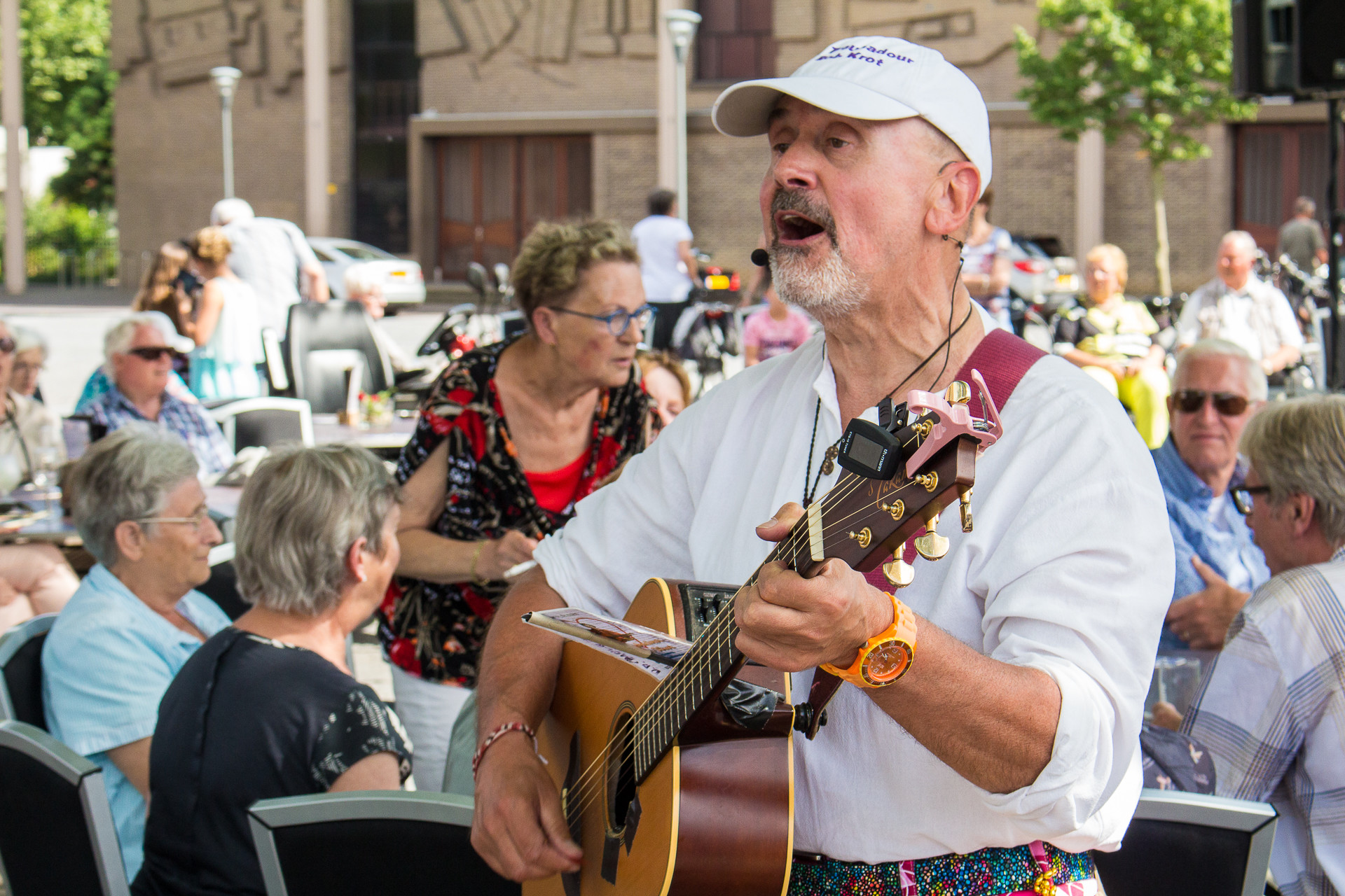 Met zijn gitaar zet troubadour Rob Krot ouderen in het 'Sonnetje'