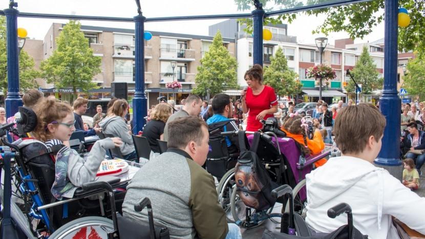 Kijk Mij Nou Band en Jongerenband Emiliusschool in de kiosk