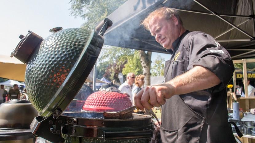 Kok bakt vlees tijdens het BBQ Spektakel