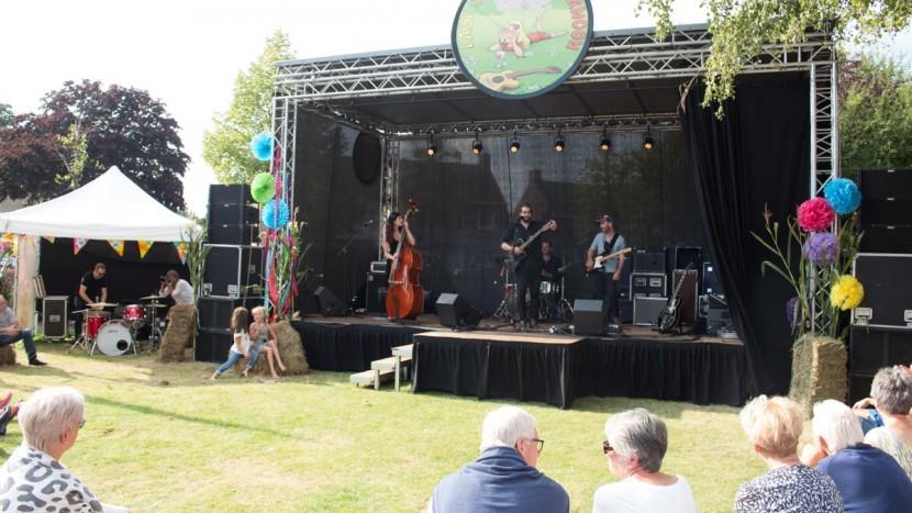 Het podium van Lazy Sonnie Afternoon Festival in de tuin van La Sonnerie